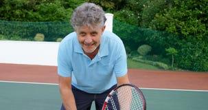 Älterer Mann, der Tennis im Tennisplatz 4k spielt stock footage