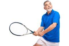 Älterer Mann, der Tennis spielt Stockfotografie