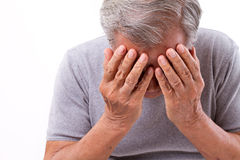 Älterer Mann, der unter Kopfschmerzen, Druck, Migräne leidet lizenzfreies stockbild