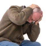 Älterer Mann, der unter Kopfschmerzen leidet stockfotos