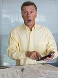 Älterer Mann, der USA-Steuerformular 1040 für 2012 vorbereitet Stockbild