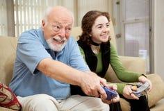 Älterer Mann, der Videospiele spielt Stockfotografie