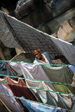 Älterer Mann, der Wäscherei Indien überprüft Stockbild