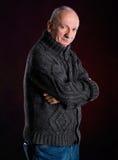 Älterer Mann in der warmen Strickjacke Stockfotografie