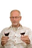 Älterer Mann, der Wein genießt stockfotografie