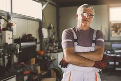 Älterer Mann in der Werkstatt stockfoto