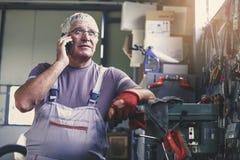 Älterer Mann in der Werkstatt lizenzfreies stockfoto