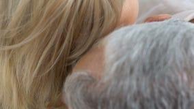 Älterer Mann, der zart reife Frau, romantisches Datum im Freien, liebevolles Paar küsst stock video footage