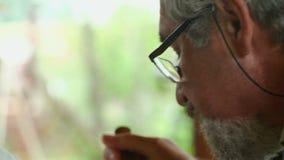 Älterer Mann, der zu Mittag isst stock video footage