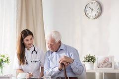 Älterer Mann des Doktor-Talking With stockbild