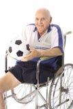 Älterer Mann des Handikaps mit Fußballkugelvertikale lizenzfreie stockbilder