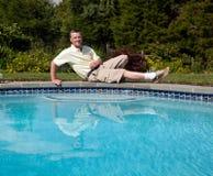 Älterer Mann durch Pool lizenzfreies stockbild