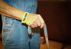 Älterer Mann ein Fallrisiko, das mit einem Stock geht Stockbilder