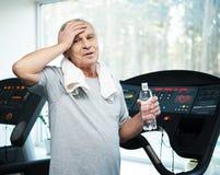 Älterer Mann in einem Fitness-Club stockbild