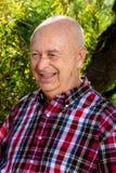 Älterer Mann in einem Park auf Sunny Day Stockfoto