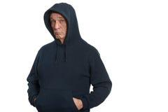 Älterer Mann in einer Dunkelheitssportjacke lizenzfreie stockfotos