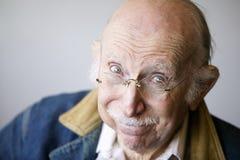 Älterer Mann in einer Jacke Stockfoto