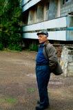 Älterer Mann in einer Schutzkappe Stockfotos