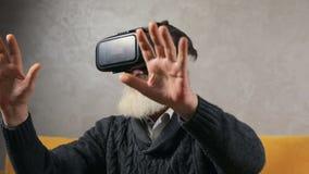 Älterer Mann erfährt virtuelle Realität stock video