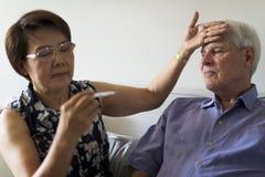 Älterer Mann-erwachsenes krankes Fieber stockfotos