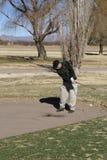 Älterer Mann-Golf spielen Stockfotografie
