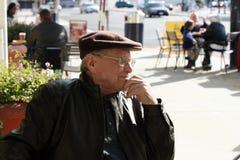 Älterer Mann im Freien Stockbilder