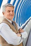 Älterer Mann im Gebäude Stockfoto
