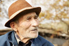 Älterer Mann im Hut stockfoto