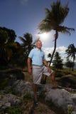Älterer Mann im Park mit Sonne im Hintergrund Stockfotos