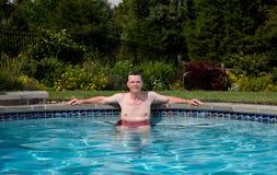 Älterer Mann im Pool lizenzfreie stockbilder