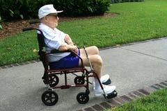 Älterer Mann im Radstuhl stockbild
