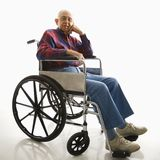 Älterer Mann im Rollstuhl. Stockfotos