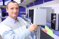 Älterer Mann im System der Radiotechnik Lizenzfreie Stockbilder