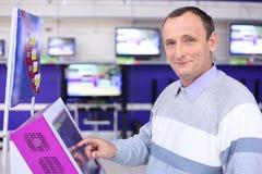 Älterer Mann im System am Informationsbildschirm Lizenzfreie Stockbilder