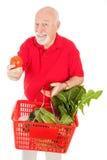 Älterer Mann kauft für Erzeugnis lizenzfreie stockfotografie