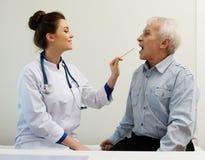 Älterer Mann am Krankenhaus Lizenzfreies Stockfoto