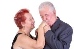 Älterer Mann möglicherweise, der seine Wifes-Hand sein ihr Jahrestag küsst Lizenzfreies Stockfoto
