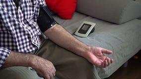 Älterer Mann-Maß-Druck stock video footage