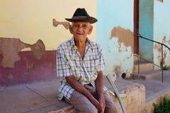 Älterer Mann macht eine Pause in Kuba Lizenzfreies Stockbild