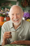 Älterer Mann mit Becher stockbilder