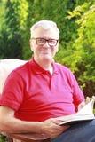 Älterer Mann mit Buch Lizenzfreies Stockfoto