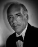 Älterer Mann mit dem Bleistiftschnurrbart in Schwarzweiss Stockfotografie