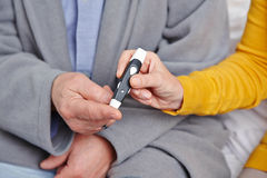 Älterer Mann mit dem Diabeteserhalten Stockbild