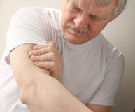 Älterer Mann mit den Armschmerz Stockfoto