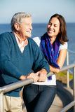 Älterer Mann mit der erwachsenen Tochter, die Meer betrachtet Lizenzfreie Stockfotos