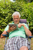 Älterer Mann mit digitaler Tablette Lizenzfreies Stockfoto