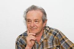 Älterer Mann mit durchdachtem Ausdruck stockbilder