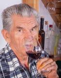 Älterer Mann mit einem Glas Wein stockbilder