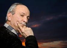 Älterer Mann mit einem müden Ausdruck Stockfoto