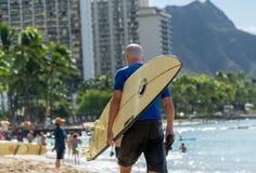 Älterer Mann mit einem Surfbrett Senior-Surfer Lizenzfreies Stockbild